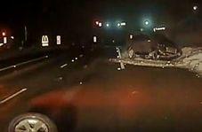 ثبت لحظه تصادف یک خودرو با دیواره کنار جاده توسط دوربین خودروی پلیس