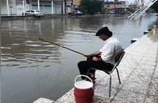 ماهیگیری با قلاب در خیابان!!