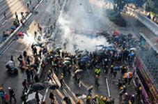 تلاش برای خاموشکردن نارنجکهای اشکآور در هنگکنگ