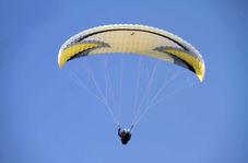 لحظه برخورد خلبان پاراگلایدر به کوه