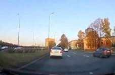 چپ شدن ناگهانی خودرو حین لایی کشیدن + فیلم
