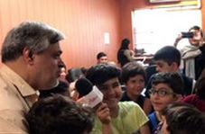 تلاش محمد مهاجری برای توصیف کار خبرنگاری بین پسران زیر ۱۰ سال!