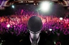 حادثه غیرمترقبه برای خواننده معروف در کنسرت + فیلم