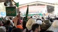 شور و اشتیاق زائران اربعین و طنین شعار لبیک یا حسین(ع) در مرز مهران
