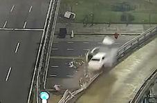 پرواز یک خودرو پس از تصادف با گارد ریل