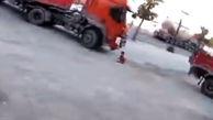 صحنه دلخراش از زیر گرفتن بچه ۶ ساله توسط راننده تریلی+فیلم