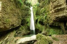 """آبشار زیبای """"سنگ نو"""" در دل جنگل"""