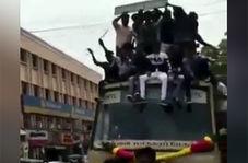 عجیب ترین روش پیاده کردن مسافرانی که روی کابین کامیون نشسته بودند