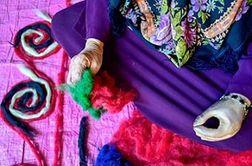 کار آفرینی زن گلستانی با یک دست معلول