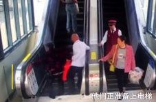 اقدام به موقع مرد جوان برای نجات پیرمرد و پیرزن از سقوط در پله برقی!