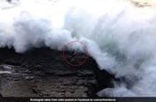 لحظه وحشتناک برخورد موج سهمگین به گردشگر در ساحل