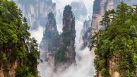صخره ای بلند و شگفت انگیز در چین که در قله آن دو خانه بنا شده است