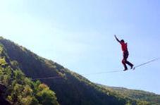 طناب بازی یک کیلومتری بر فراز کوهستان