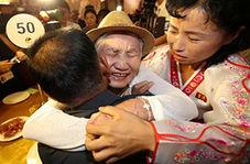 اشکهای شوق خانوادههای کرهای هنگام دیدار با یکدیگر پس از ۶۵ سال دوری