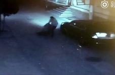 حمله مرد شیطان صفت به زن جوان در تاریکی خیابان!
