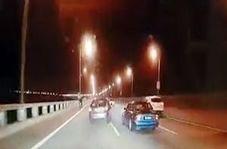 پرت شدن یک خودرو از روی پل پس از تصادف شدید