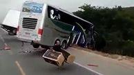 غارت کردن بار یک تریلی توسط مردم پس از تصادف مرگبار با اتوبوس