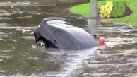 نجات راننده آمریکایی از داخل خودروی گرفتار در سیل